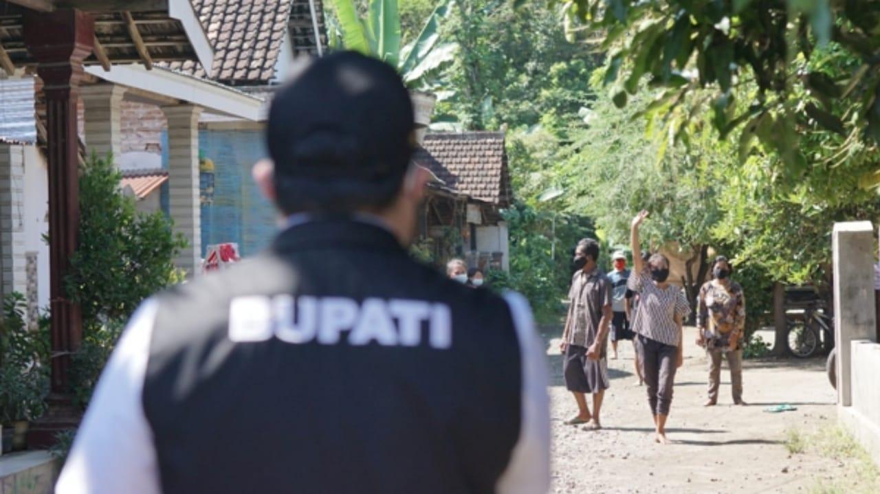 Bupati Kediri Hanindhito Sapa Warga di Lokasi Karantina Wilayah