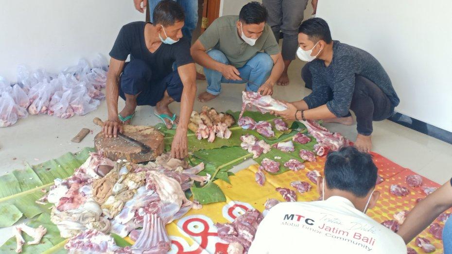 Terapkan Prokes, KAHMI Tuban Bagikan Daging Kurban Langsung Warga