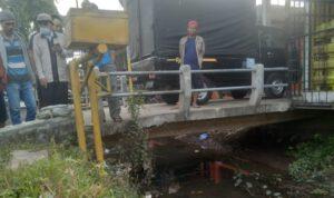 Jenazah telungkup di sungai Sumobito, di tas ada kaos SMP Islam Sidoarjo