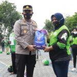 Pengemudi Ojek Online di Jombang Terima Bansos Paket Sembako Polisi