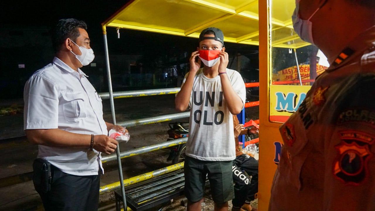 Malam-malam, Polisi Gelar Patroli Skala Besar PPKM Level 3 di Jombang