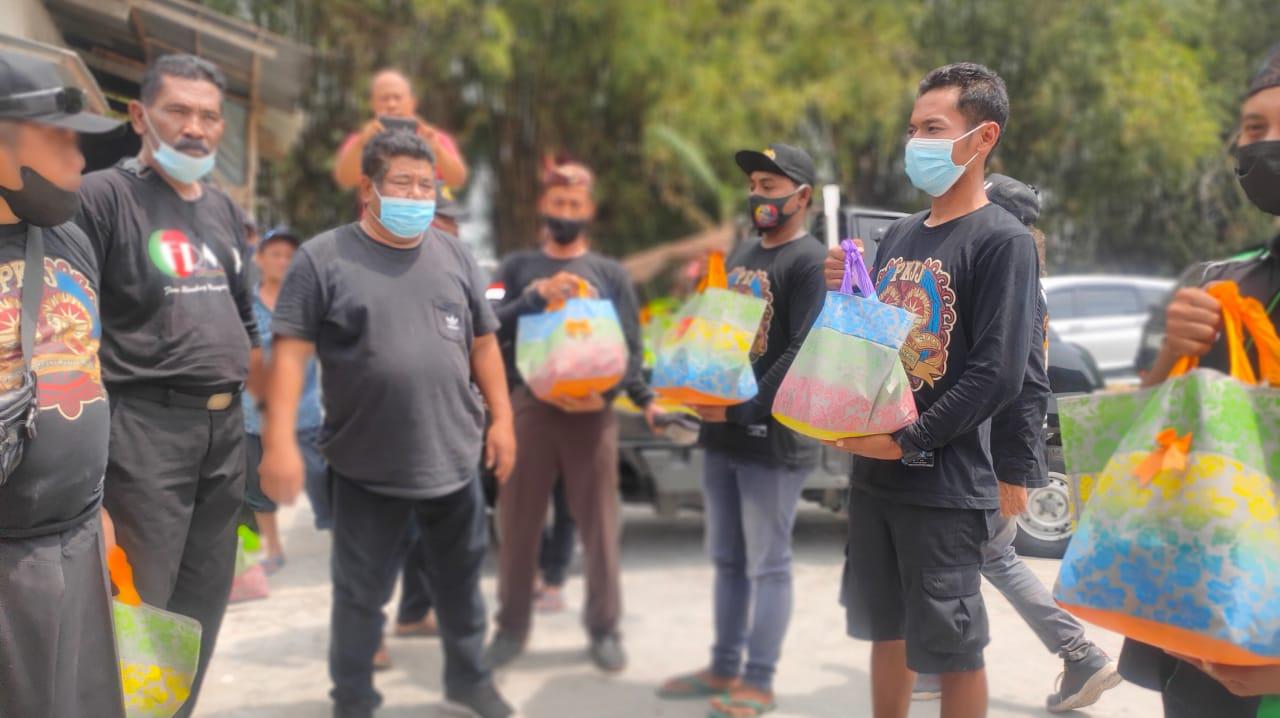 Pak Dewan dan LSM di Jombang Tebar Seribu Paket Sembako ke Pekerja Seni