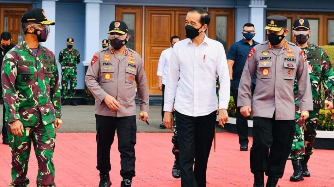 Jokowi TinJawa Timur Tinjau Vaksinasi dan Resmikan Bendungan Bendo