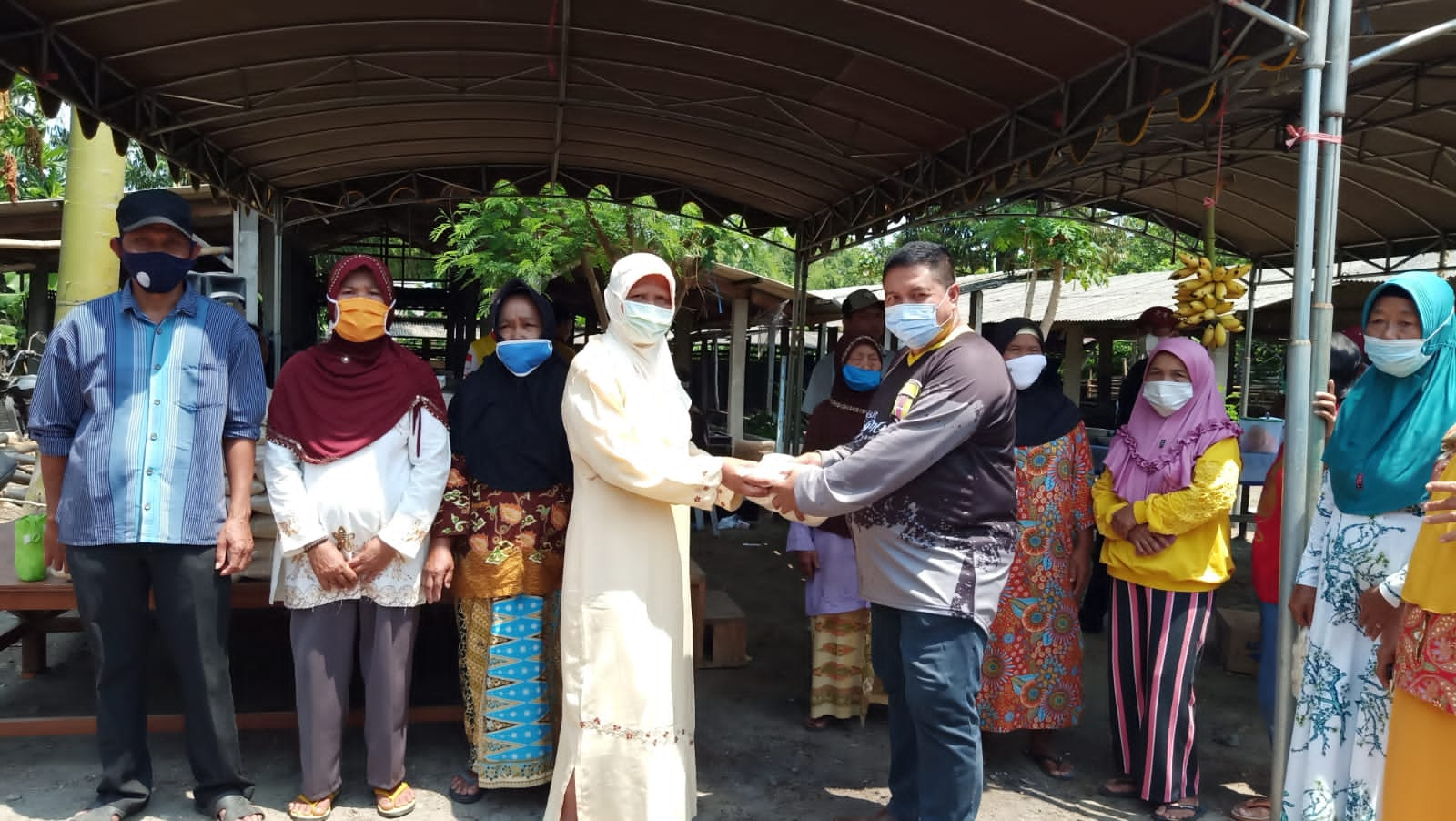 Ketua Fraksi Golkar Bersama Anggota DPRD Jombang Berbagi Sembako