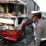Melintas di Jalan Nurcholis Madjid Jombang, Truk Sasak Tiga Kendaraan