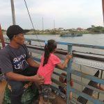Swafoto di Lantai Atas Perahu Tambang Sungai Brantas Jombang, Keren!