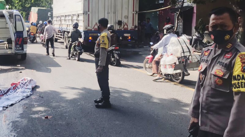 Wanita pengendara motor revo tewas terlindas truk di jalur pantura Tuban