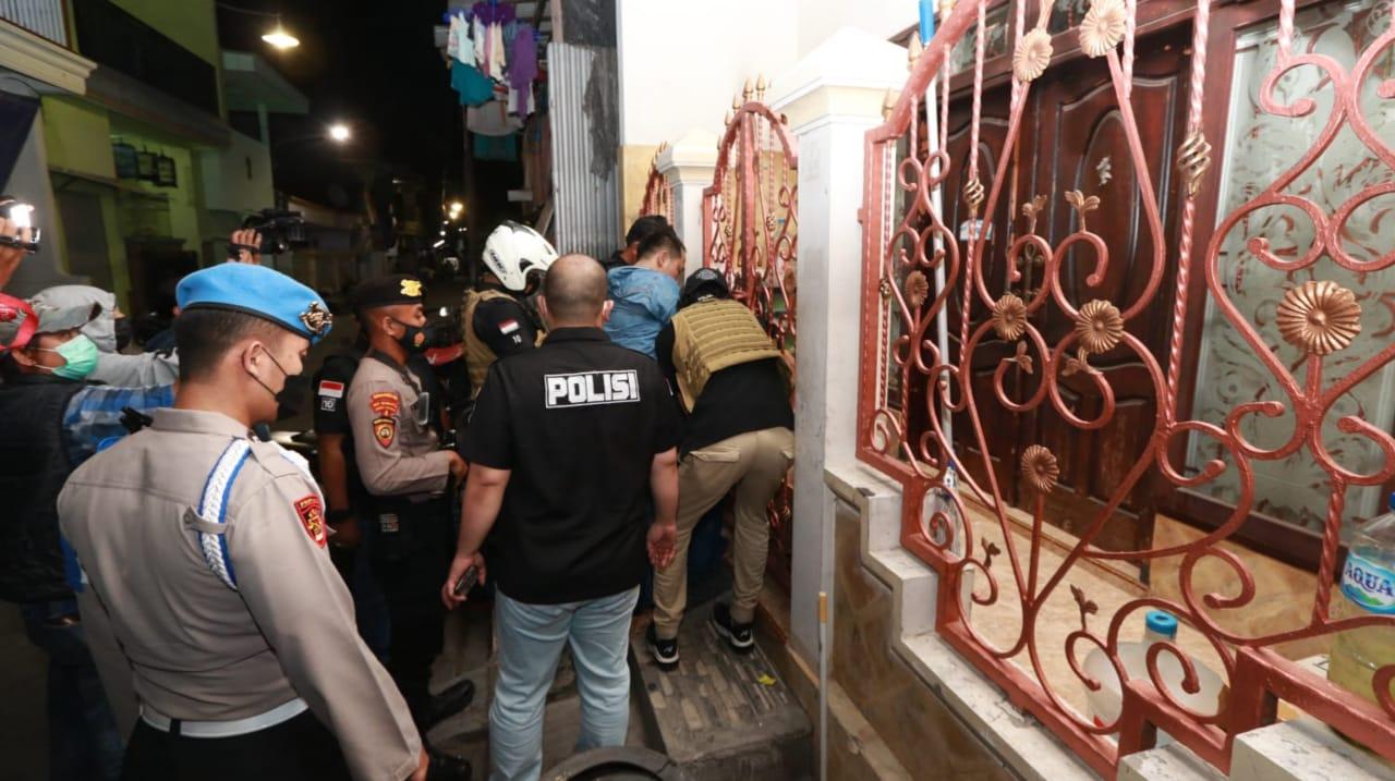 Aparat Gabungan Gerebek 'Kampung Narkoba' di Sidotopo Surabaya
