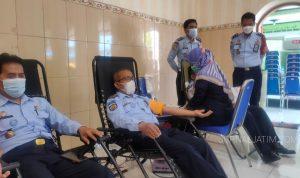 Hari Dharma Karya Dhika, Lapas Jombang Donor Darah dan Bagi Sembako