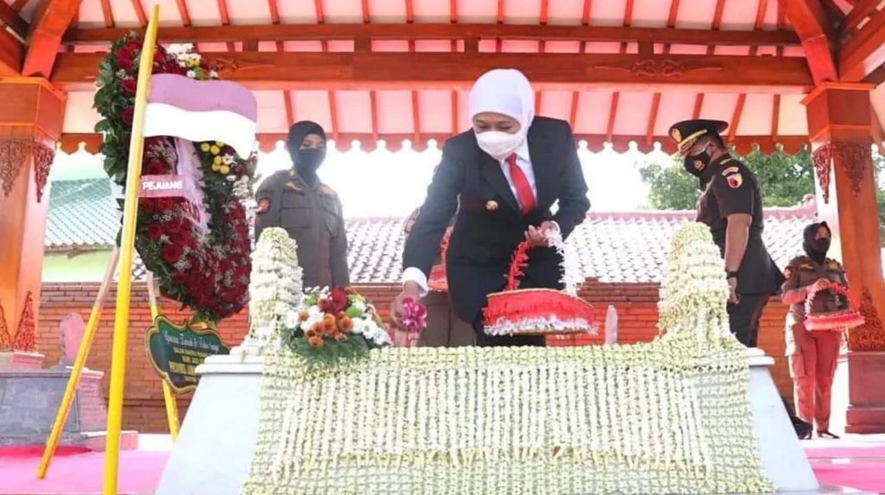 Khofifah Ziarah Makam Gubernur Pertama Jatim di Magetan